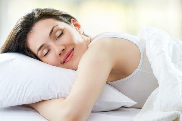mujer-durmiendo-feliz-abrazada-a-la-almohada